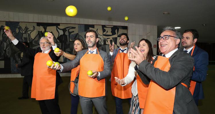 Bancada do Psol recepcionando e equipe de Bolsonaro na entrega do projeto que destroça a previdência social no Brasil.  Silêncio do governo e de Moro sobre o laranjal.