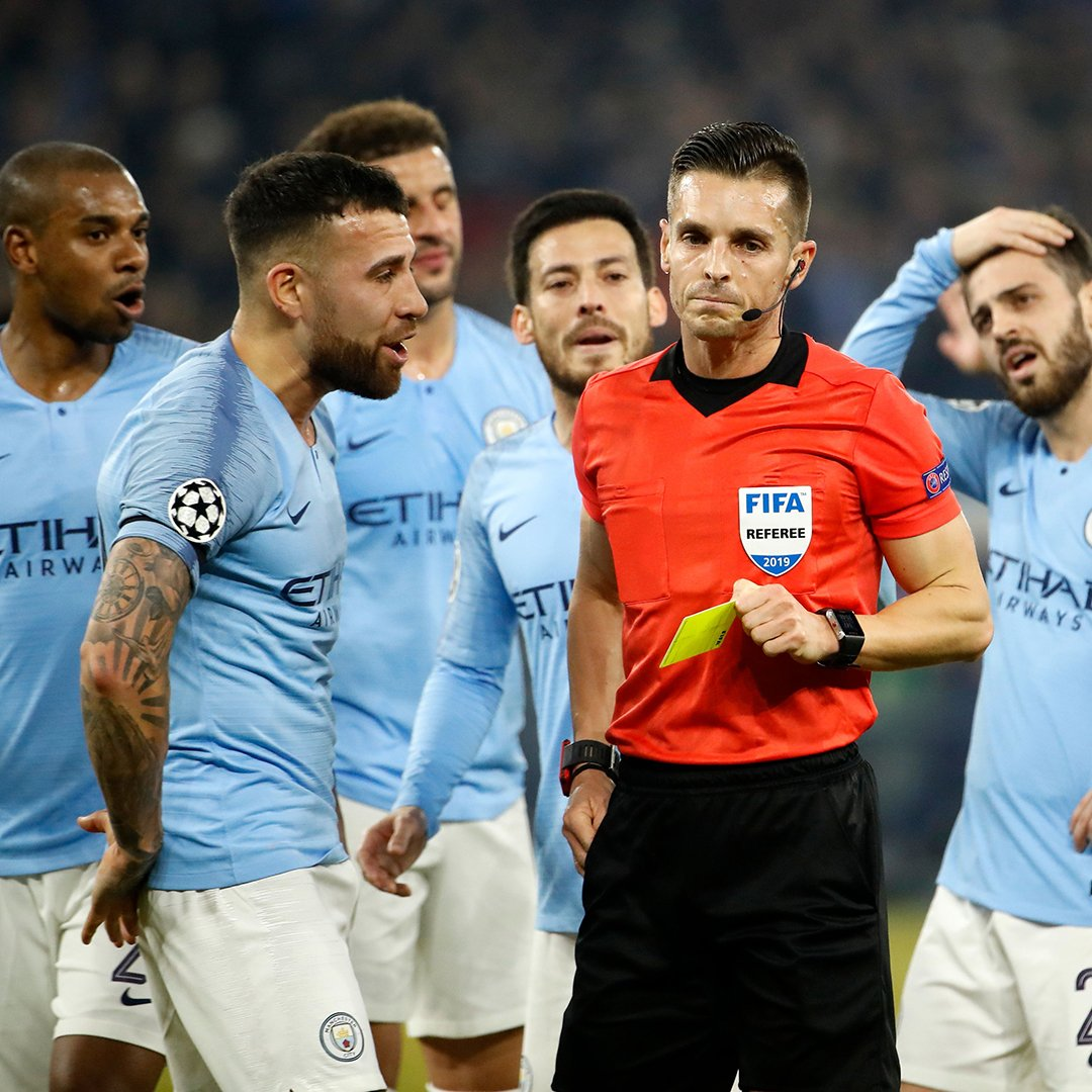 Schalke 2-1 Man City.  Otamendi has been sent off after picking up his second yellow card.  This is not going to plan for the Premier League champions 😬