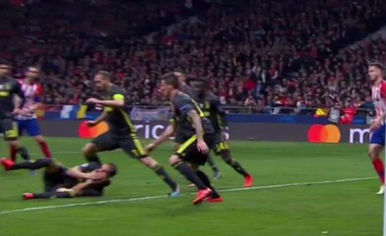L'immagine più rappresentativa della storia della Juventus è Bonucci che finge di essere stato colpito, spia l'azione e torna a dimenarsi a terra.  L'esempio perfetto dello schifo che fanno questi qui. #AtletiJuve