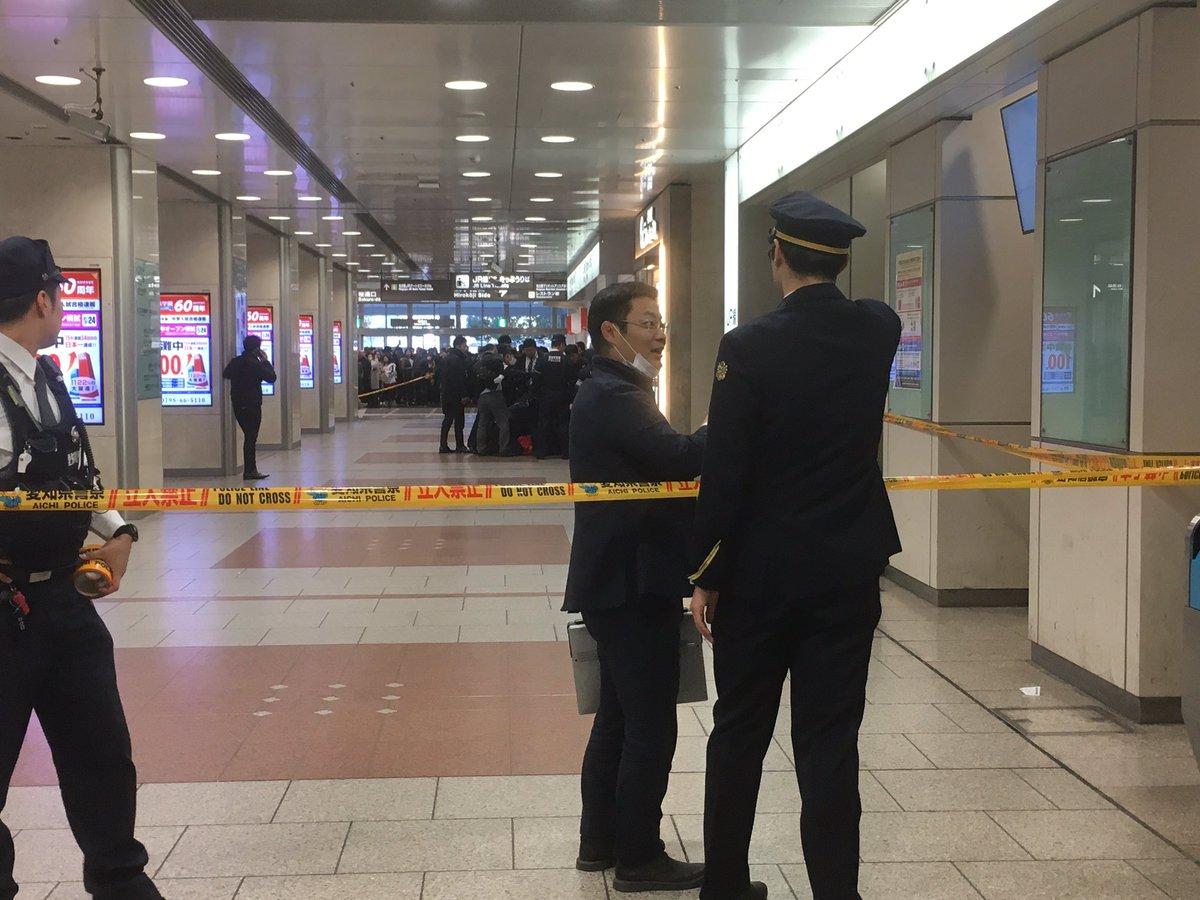名古屋駅で警察がおじいさんを取り押さえている現場画像