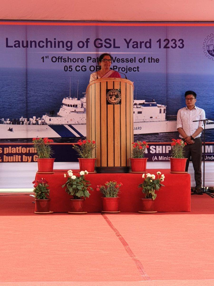 """केंद्रीय संरक्षणमंत्री श्रीमती  @DefenceMinIndia यांच्या हस्ते गोवा शिपयार्ड येथे भारतीय तटरक्षक दलासाठी बांधलेल्या 'सचेत"""" या गस्ती नौकेचे जलार्पण 21 फेब्रुवारी 2019 रोजी गोवा येथे करण्यात आले. सोबत केंद्रीय आयुषमंत्री श्री श्रीपाद नाईक."""