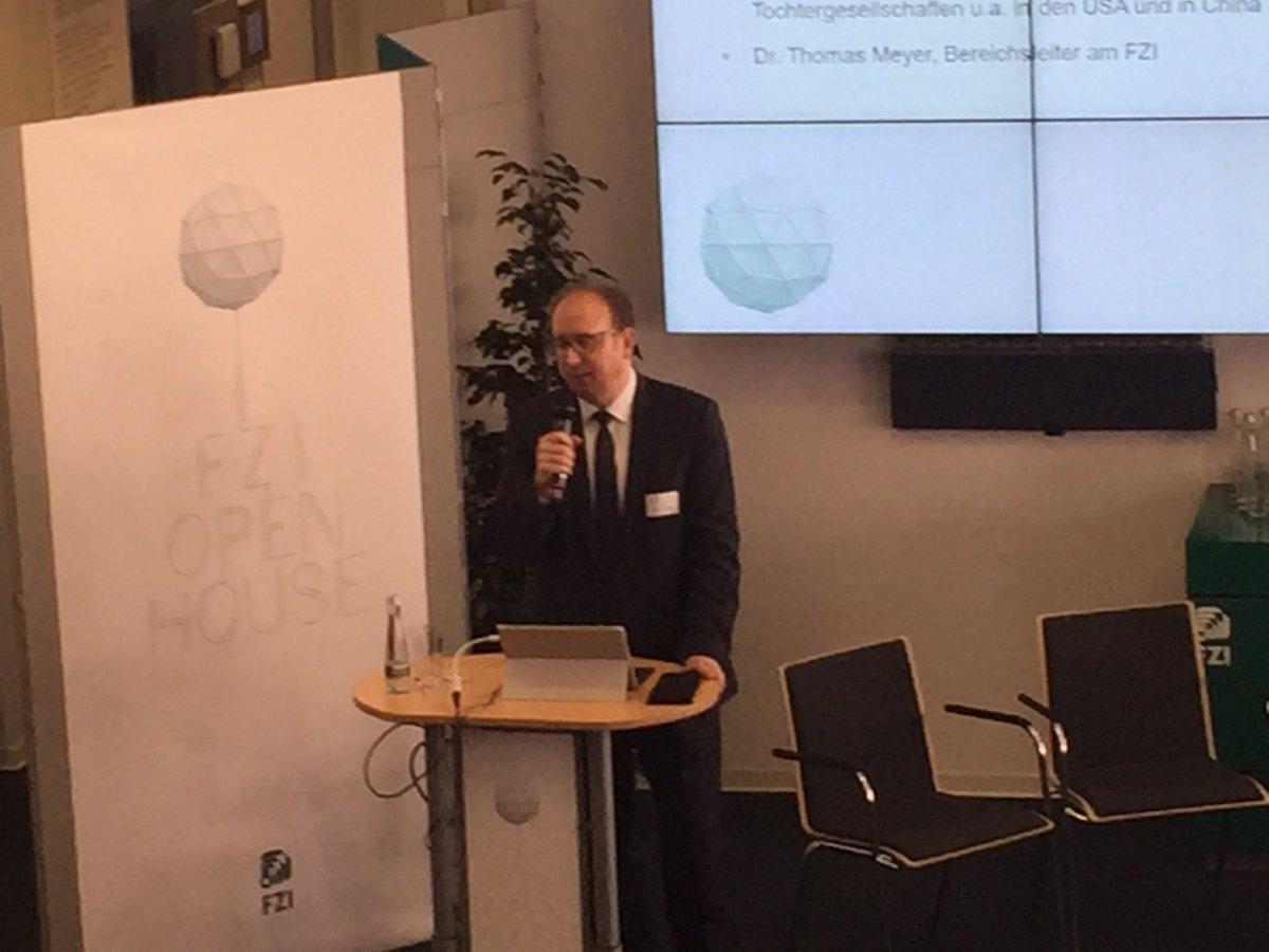 Erster Gastredner am heutigen Tag ist MinR Andreas Hartl vom @BMWi_Bund. In einem Impulsvortrag stellt Hartl die #KIStrategie der #Bundesregierung vor. #FZIOpenHouse