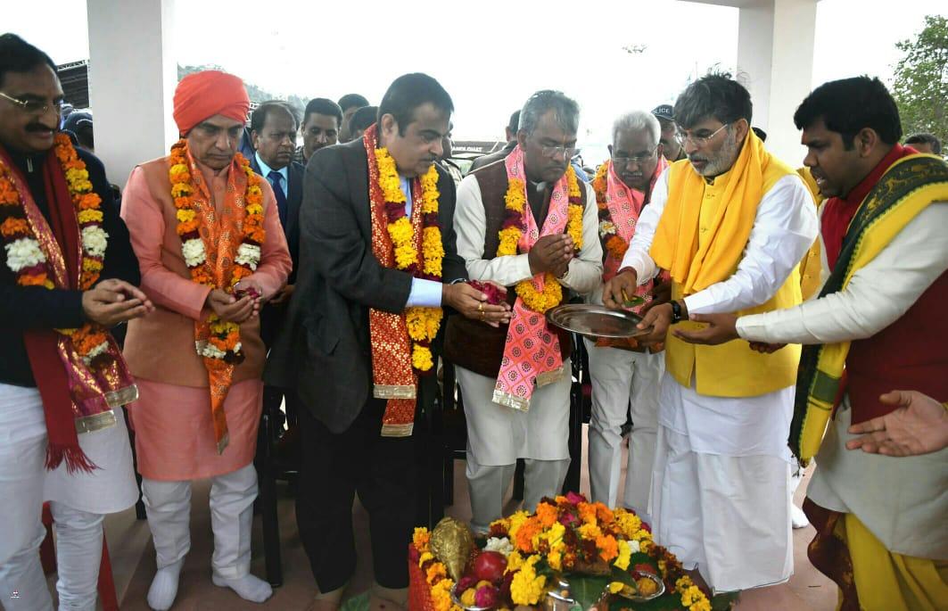 चण्डीघाट, #Haridwar में 5555 करोड़ ₹ की 291.19 किमी के राष्ट्रीय राजमार्ग की विभिन्न परियोजनाओं व #NamamiGange परियोजना के तहत विभिन्न कार्यों के शिलान्यास व लोकार्पण अवसर पर केंद्रीय मंत्री श्री @nitin_gadkari, मुख्यमंत्री श्री @tsrawatbjp एवं नेतागण। #cmuttarakhand