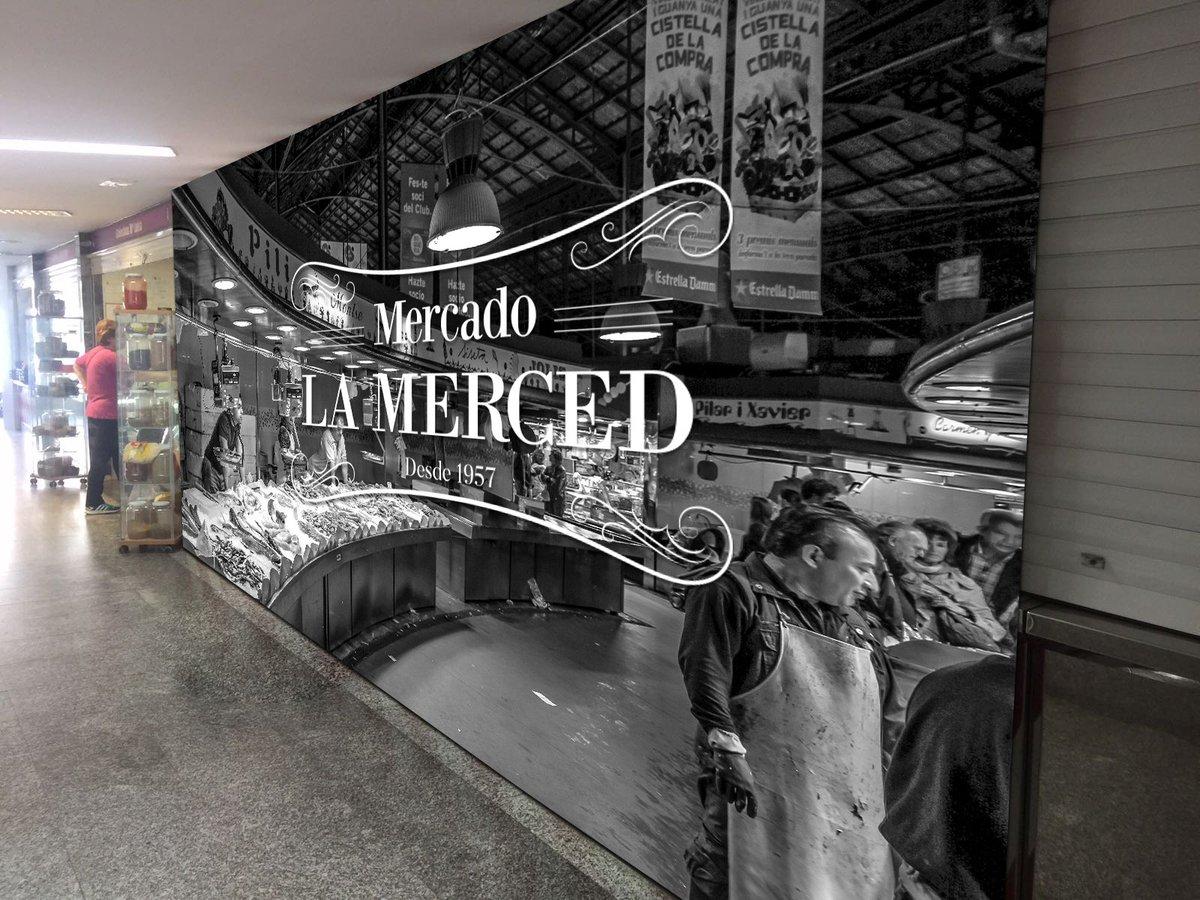 #Huelva es esa ciudad que decora una fea galería comercial con imágenes de un mercado antiguo y con encanto de Barcelona mientras olvida y deja caer su propio mercado antiguo y con encanto... 👇🏻