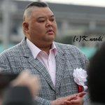 Image for the Tweet beginning: 園田ユースカップの表彰式に登場した田子ノ浦親方。 やはり田中学騎手と並ぶと大きさの違いが凄いです(^_^;)
