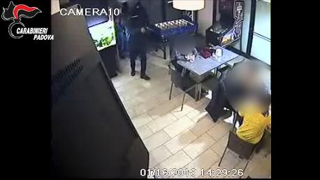 #Padova, rapina violenta alla sala slot: bandito i...
