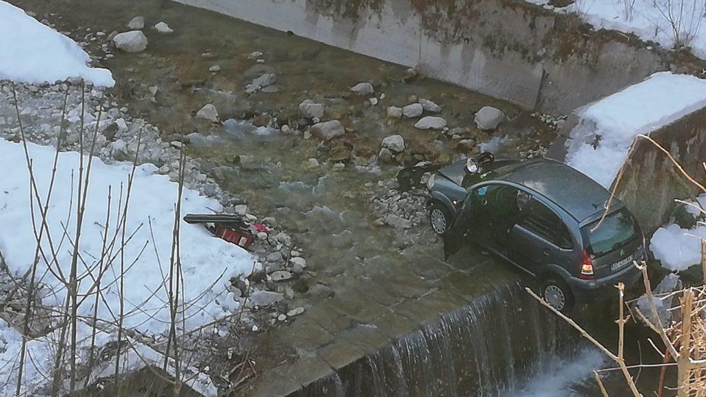Vola con l'auto dentro il torrente, donna ferita h...