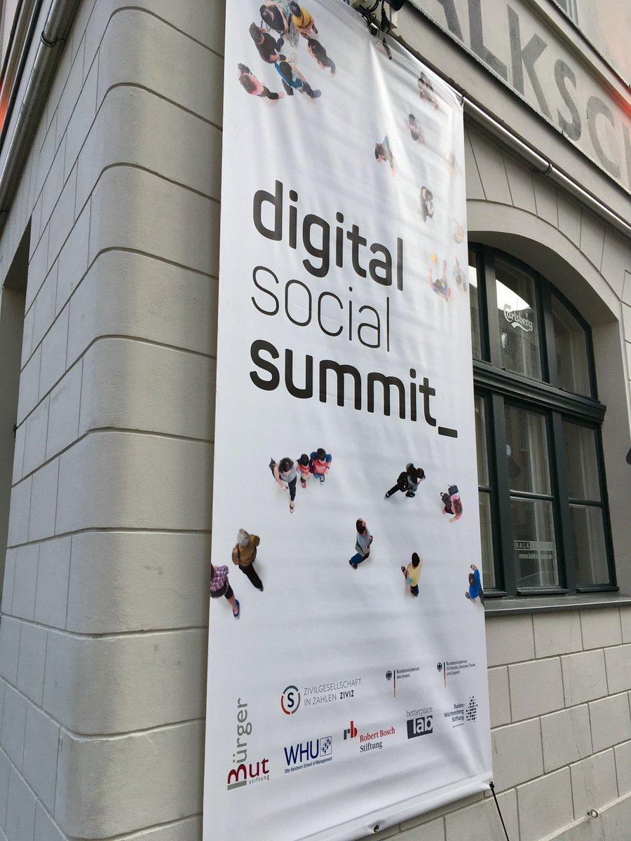 Nach monatelangen Vorbereitungen hängt jetzt das Banner. In einer Stunde geht's los mit dem Digital Social Summit 2019 @Kalkscheune1! Wir freuen uns auf euch! #dss2019