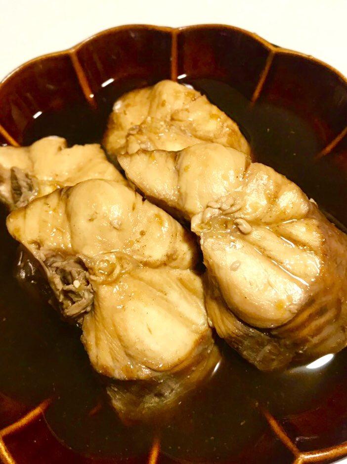いいですか皆さん、以前ご紹介した厚みのある縦長の煮魚が「さがんぼ」、今日の晩飯に食べた平たい切身の煮魚が「もろ」ですよ!どっちもサメです。栃木とその近辺の一部でしか食べない珍品。味はね、正直どっちも一緒!食感は、さがんぼがフワフワ、もろは若干ギュッとしてます! #さがんぼ #もろ https://t.co/aVGBMngeLF