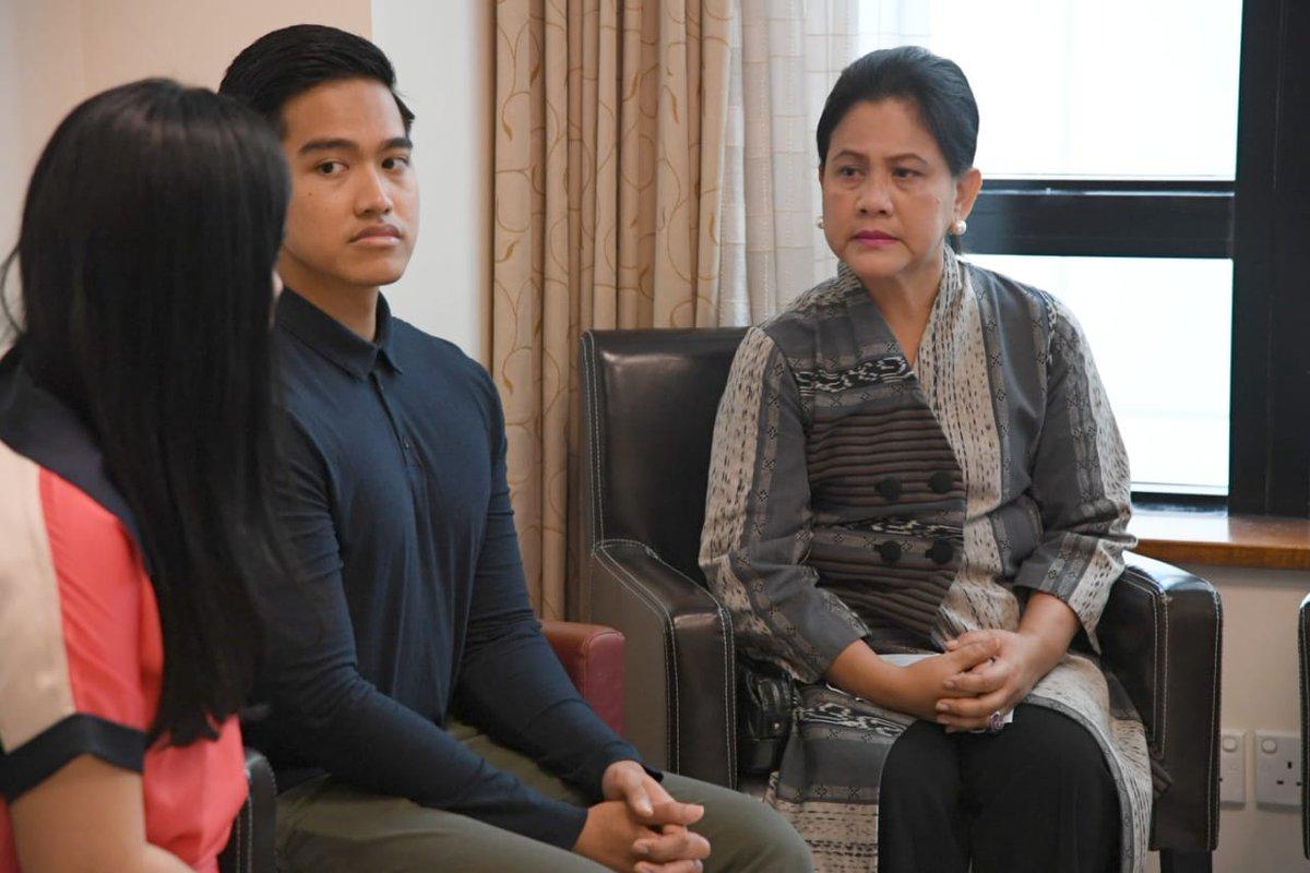 9. Setelah itu, Presiden @jokowi dan Ibu Iriana berbincang-bincang dengan @SBYudhoyono di sebelah ruang perawatan #JokowiJengukIbuAniYudhoyono