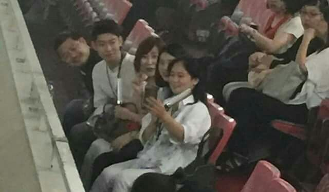 just some photos showing that shinee&#39;s family are concert buddies~~ their bond is priceless  <br>http://pic.twitter.com/E0oRNmdaOz