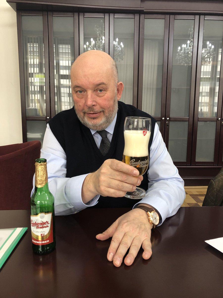 Ministr Miroslav Toman: Zkontroloval jsem kvalitu českého piva: teplotu, trvanlivost a obsah sladu. Vše v pořádku. 👍 😄