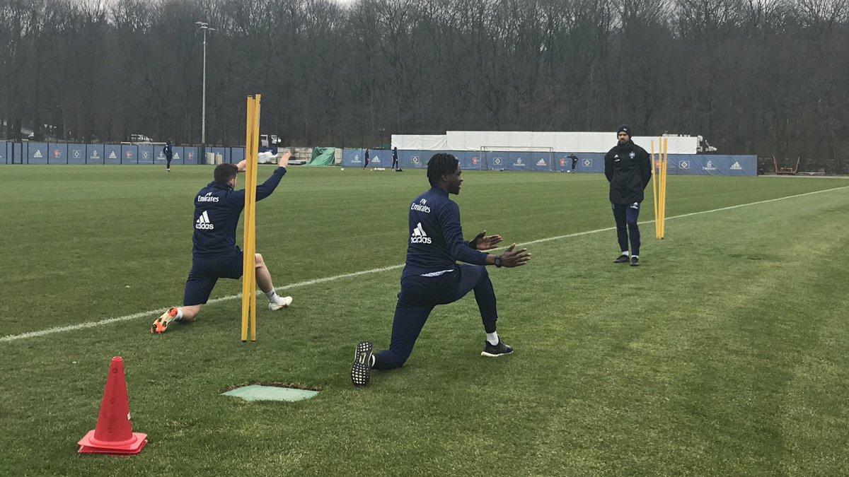 Während sich die Mannschaft aufwärmt, arbeiten Jairo #Samperio und Gideon #Jung individuell mit Reha-Trainer Sebastian Capel 💦 #nurderHSV #Training