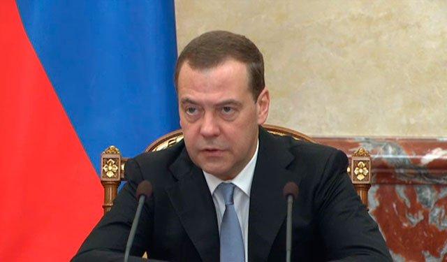 RT @zvezdanews: Медведев призвал кабмин немедленно начать выполнение послания Путина:  https://t.co/G8nhlH6dzr https://t.co/APxK5bmha7
