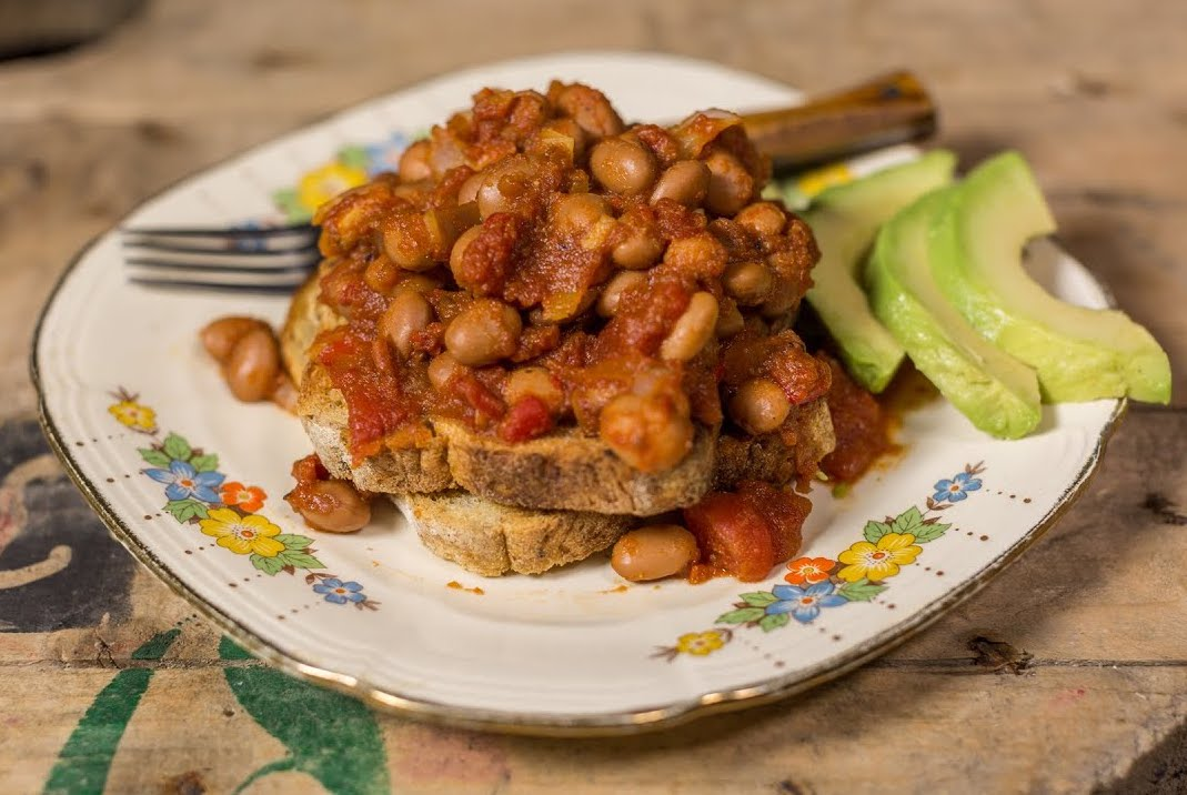 Beans on toast for dinner! 😋Our healthy baked beans are free from refined sugar and make a great high-fibre meal. Serve with wholemeal toast and avo for the perfect warming quick dinner! #vegan #plantbased  https://t.co/9YKJju34qq