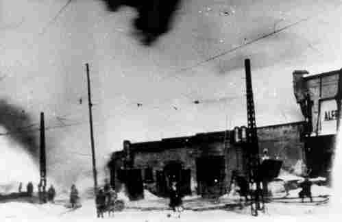 """77 lat temu w Poznaniu oddział składający się z żołnierzy AK i mieszkańców poznańskiego Chwaliszewa przeprowadził dywersyjno-sabotażową akcję """"Bollwerk"""" w jej wyniku podpalono niemieckie magazyny wojskowe. Wszyscy uczestnicy udanej akcji zostali aresztowani przez Gestapo."""