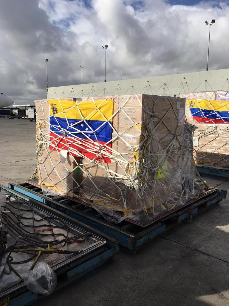 ¡Viene en camino más ayuda!  Acaba de salir desde Miami rumbo a Curazao un avión con más de 50 toneladas de ayuda humanitaria donada por nuestros hermanos venezolanos en Miami.  Es la esperanza de salvar vidas la que mueve este inmenso movimiento. #AvalanchaHumanitaria