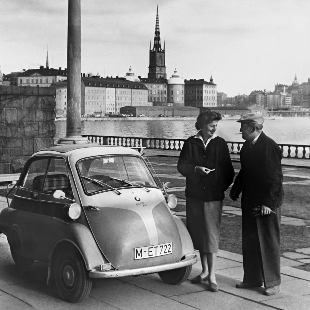 In 1957 a journalist and his co-pilot drove from Sicily to Stockholm with a #BMW #Isetta - stopping only for petrol. The 3.760 km long journey took 62 hours, with an average speed of 60,6 km/h Bravo! 👏  (Photo: Paul Schweder) #bmwgroupclassic #roadtrip