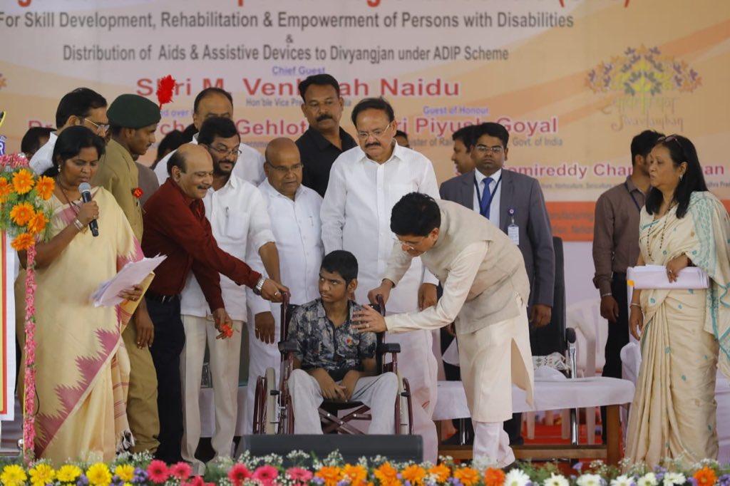 भारत के माननीय उपराष्ट्रपति @MVenkaiahNaidu और माननीय रैल मंत्री श्री @PiyushGoyal जी के साथ आंध्र प्रदेश के नेल्लोर में दिव्यांगजनों के कौशल विकास, पुनर्वास और अधिकारिता के लिए समग्र क्षेत्रीय केंद्र के उद्घाटन कार्यक्रम में दिव्यांगजनों को इलेक्ट्रिक तिपहिया वाहन प्रदान किए।