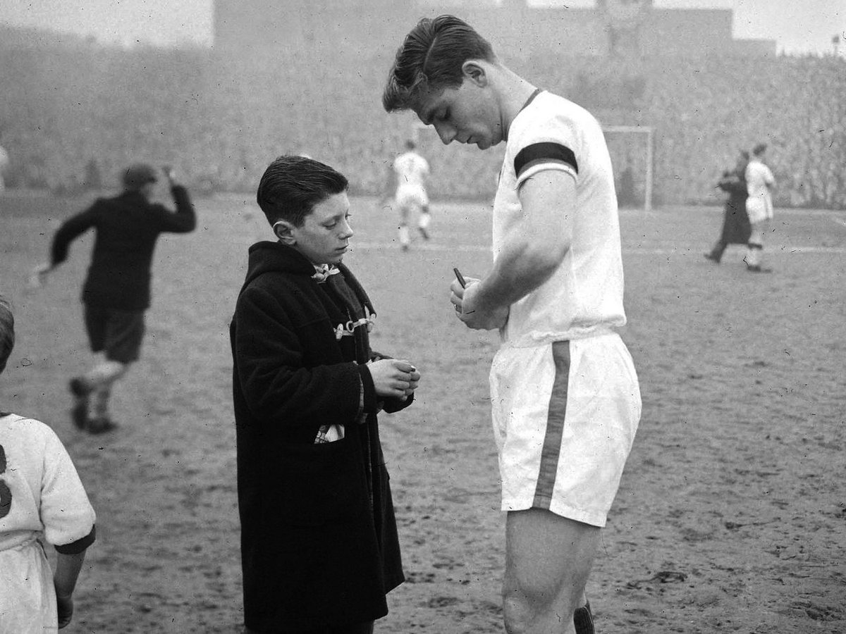 🌹 R.I.P Duncan Edwards 🌹  Remembering Duncan Edwards: 1 October 1936 - 21 February 1958   Duncan Edwards, aged 21. A shining light and one of the greatest players ever to wear United's shirt. #FlowersOfManchester.  #MUFC #Legend #Respect