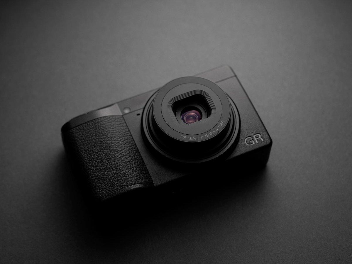 La nueva Ricoh GR III llegará en marzo con un precio de 899€. Esta potente compacta de bolsillo cuenta con un sensor APS-C de 24 MP, un rediseñado objetivo 28mm f2.8, pantalla táctil, enfoque híbrido, estabilizador mecánico…  http://bit.ly/2NhFI3p