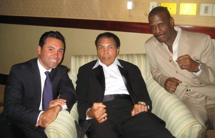 #ThrowbackThursday With the late great  @MuhammadAli &amp; @OscarDeLaHoya<br>http://pic.twitter.com/SsauDZdzNl