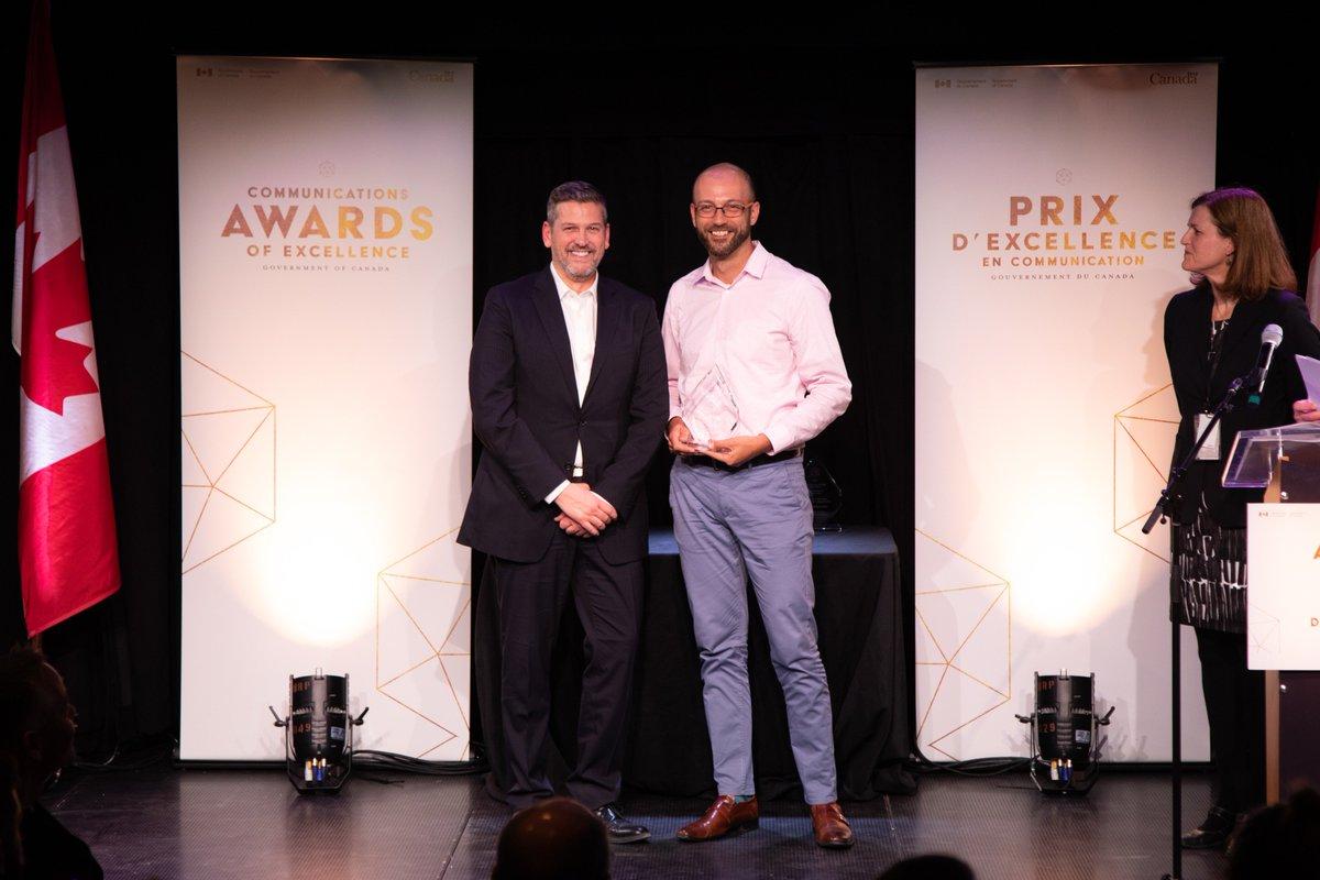 Félicitations à Philippe Charlebois d'Affaires mondiales Canada, récipiendaire du prix du leader social exceptionnel à la cérémonie des Prix d'excellence en communication du #GduC ! http://bit.ly/2RBJEQX #CommsGC2019 #PrixCommunication @AMC_corporatif
