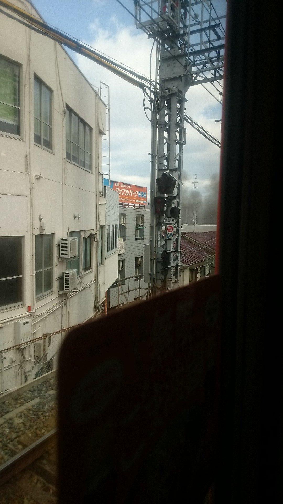画像,今春節祭に向かう途中阪神の武庫川駅付近のマンションから灰色の煙がもくもくたち焦げていた 火事か#火事 #武庫川 #マンション #兵庫県 #阪神電車 https:…