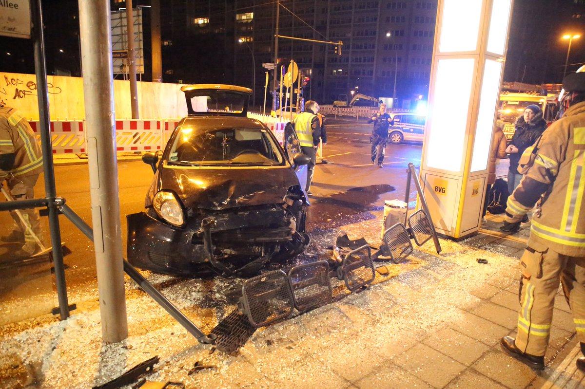 #Berlin #Lichtenberg - Fahrer eines Pkw verliert die Kontrolle und fährt in eine Straßenbahnhaltestelle, glücklicher Weise wurde niemand verletzt https://t.co/awwo7TTHIl