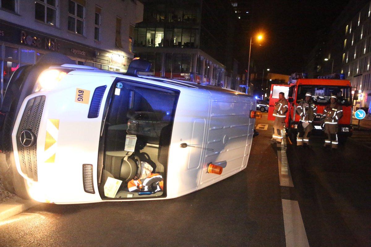 #Berlin #Kreuzberg - Kleintransporter der BVG stürzt bei Unfall auf die Seite, es wird niemand verletzt https://t.co/foTb3QKhZA