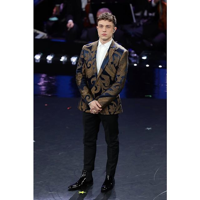 Etro On Twitter Italian Singer Irama Plume Performs Live On Stage During The Last Night Of The 69th Festival Di Sanremo Wearing An Etro Iconic Paisley Jacket Sanremo2019 Sanremo19 Sanremo69 Sanremo Festivaldisanremo