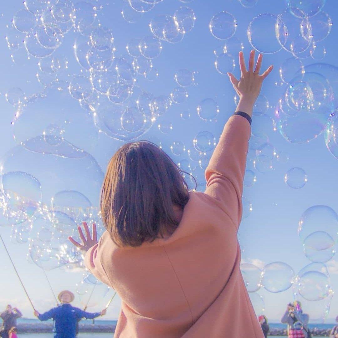 本日… 2月10日【日】15時00分~ 山口県光市虹ヶ浜にてたくさんのシャボン玉を飛ばして遊んでいるよー。大人もこどもも自由に遊べるよ!今日は風も穏やかだし、キレイな夕景も見れそうだね!わーわーわー‼️ https://t.co/ffz2VT1Sld