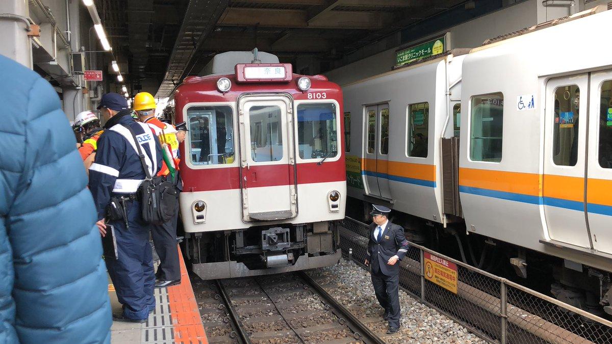 生駒駅で電車と人が接触する人身事故の現場画像