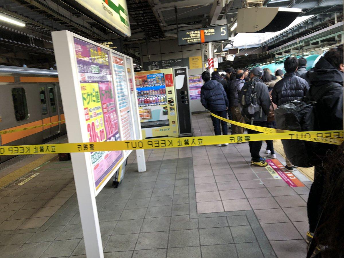 立川駅の人身事故でホームに規制線が張られている現場画像