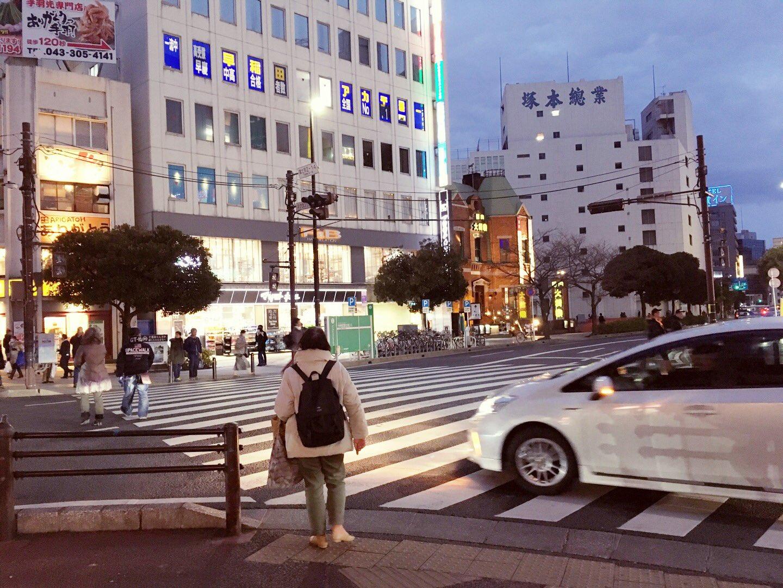 画像,停電で信号バカになってて人と車が絡み合ってた https://t.co/dTuDJX8pz6。