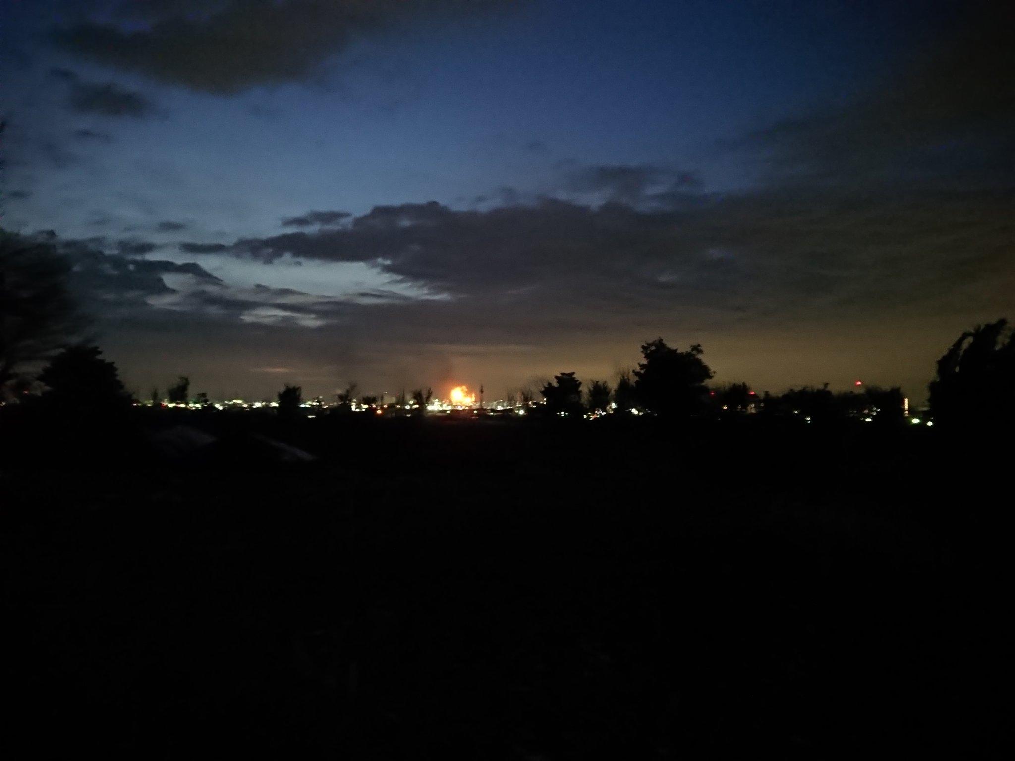 画像,千葉の停電は五井火力の火災とのこと。この辺りは普段からフレアスタックで火が灯っているから分からないけどもしかしてこれかな? https://t.co/Odcc5…