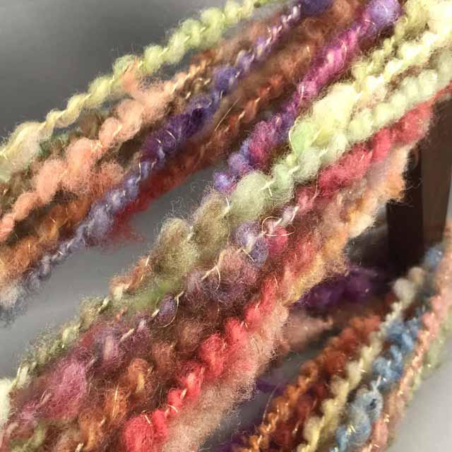 染めたフリースを手ほぐしでカード掛けせずコアスピニングしたものをスパイラルにする時、金糸をほわほわ絡ませてあるのですが、 写りません。  さて どうしたものか どうすれば 金糸とかキラキラとかが写せるのでしょうか  悩ましいです  #手紡ぎ #毛糸 #羊毛 #染色