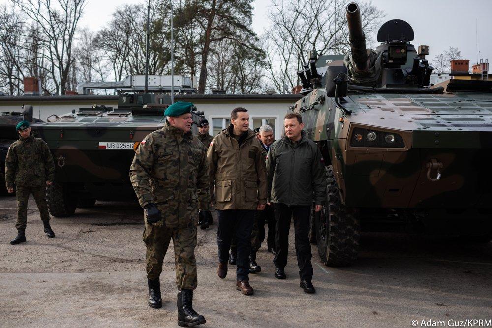 To wielki zaszczyt spotkać się z ludźmi, którzy na co dzień bronią bezpieczeństwa Rzeczypospolitej Polskiej. Działania, które podejmujemy - takie jak zakup wyrzutni rakietowych #HIMARS - wzmacniają potencjał Wojska Polskiego i pozwalają tworzyć siły zbrojne na miarę XXI wieku.