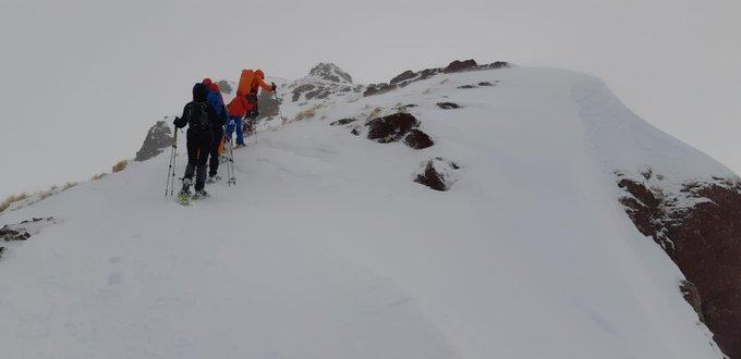 Hoy, pico Espelunziecha 2399m. Contentos por la recompensa al trabajo realizado en una jornada de nieve ❄ y algo de viento 🌬 en altura 🏔 #guíademontaña próximas actividades ➡https://t.co/9q09XZoDcR