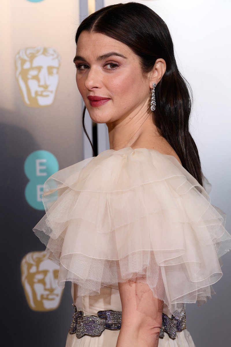 We bow down to Rachel Weisz. More #BAFTA Awards looks https://t.co/addUjfgRa0