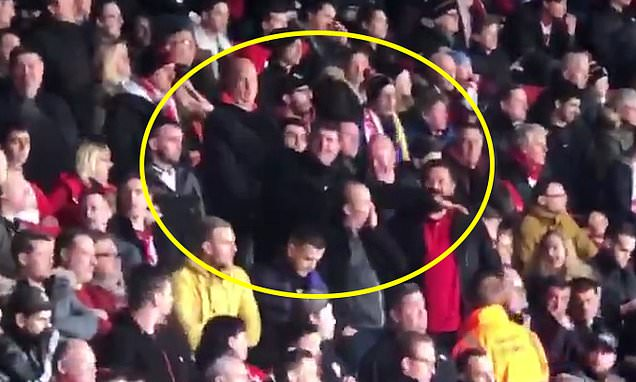 Tifosi del Southampton a Cardiff allargano le braccia a mo' di aeroplano offendendo la memoria #EmilianoSala. Bestie. Beccati da telecamere e arrestati. Così si fa. Così dovrebbe essere anche in Italia in casi analoghi.