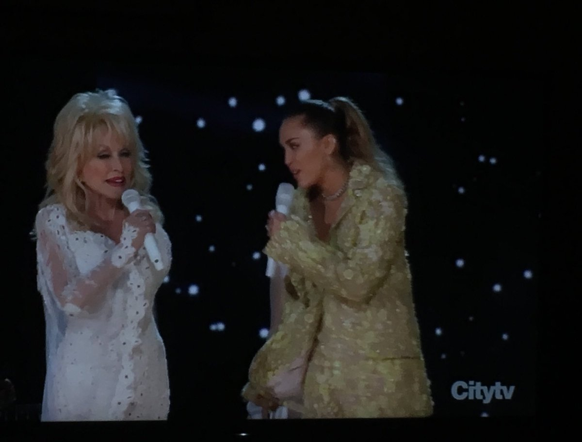 #DollyParton joined by goddaughter #MileyCyrus for #jolene at the #Grammys