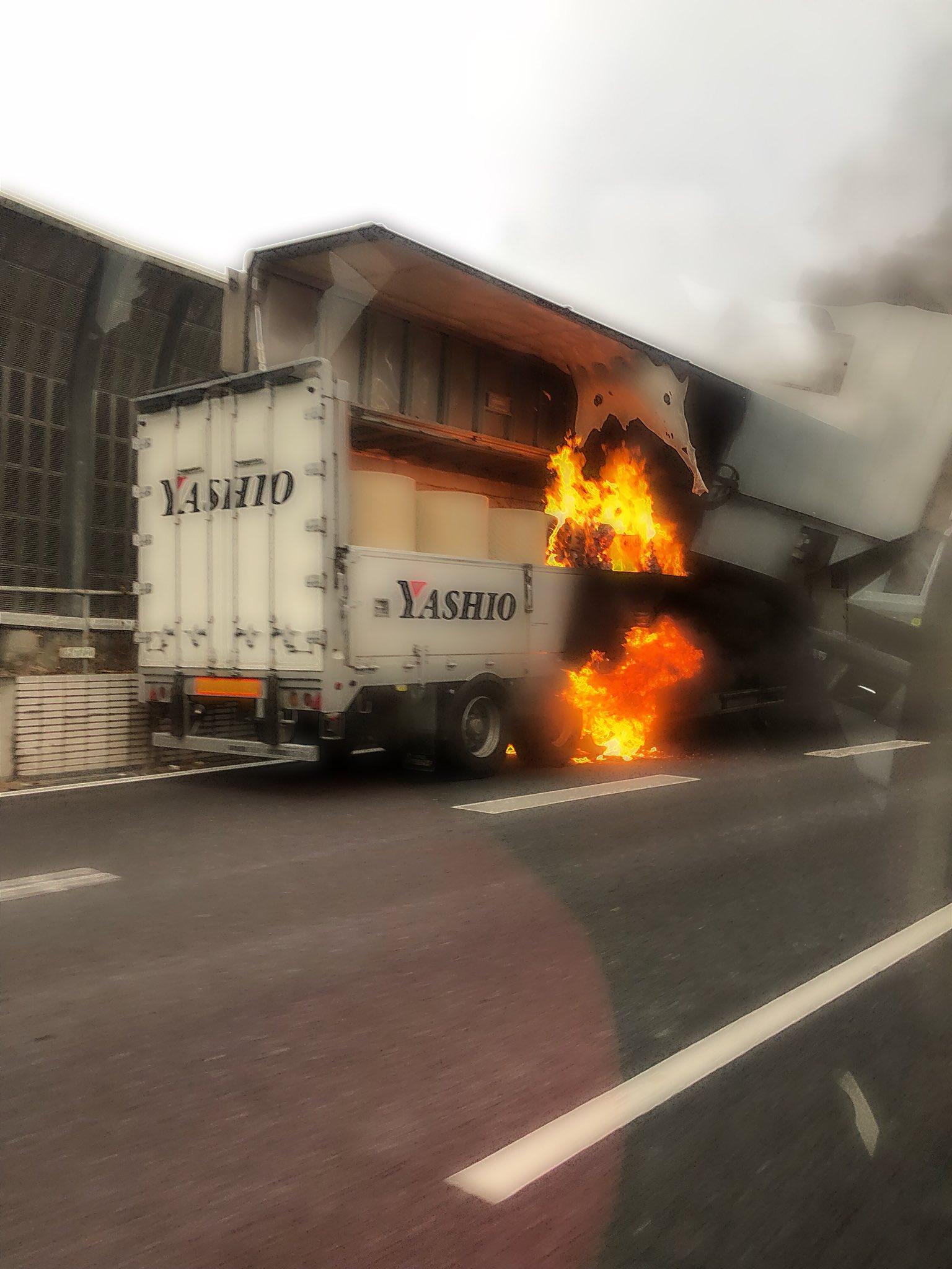 画像,高速道路に荷物燃えちゃって停まってる車いたの(まだ消防車来る前の写真)窓越しでもあつかったよビックリした https://t.co/ewaxTbC68b…
