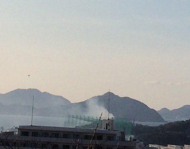 画像,小戸で林野火災!ヘリコプターとか消防車いっぱい行ってる! https://t.co/CyvSOjm0Gs。