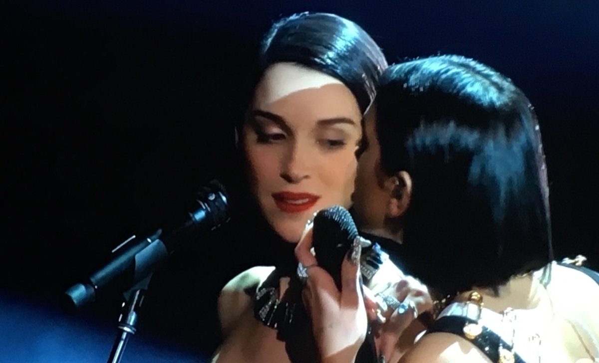 #stvincent & #DuaLipa smoulder during #onekiss at the #grammys