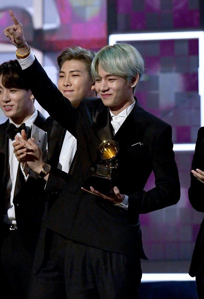 Lần đầu tham gia dự Grammy, V (BTS) đã gây bão mạng xã hội  với mái tóc xanh ảnh 4