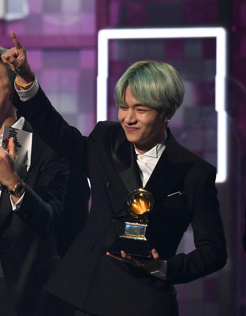 Lần đầu tham gia dự Grammy, V (BTS) đã gây bão mạng xã hội  với mái tóc xanh ảnh 5