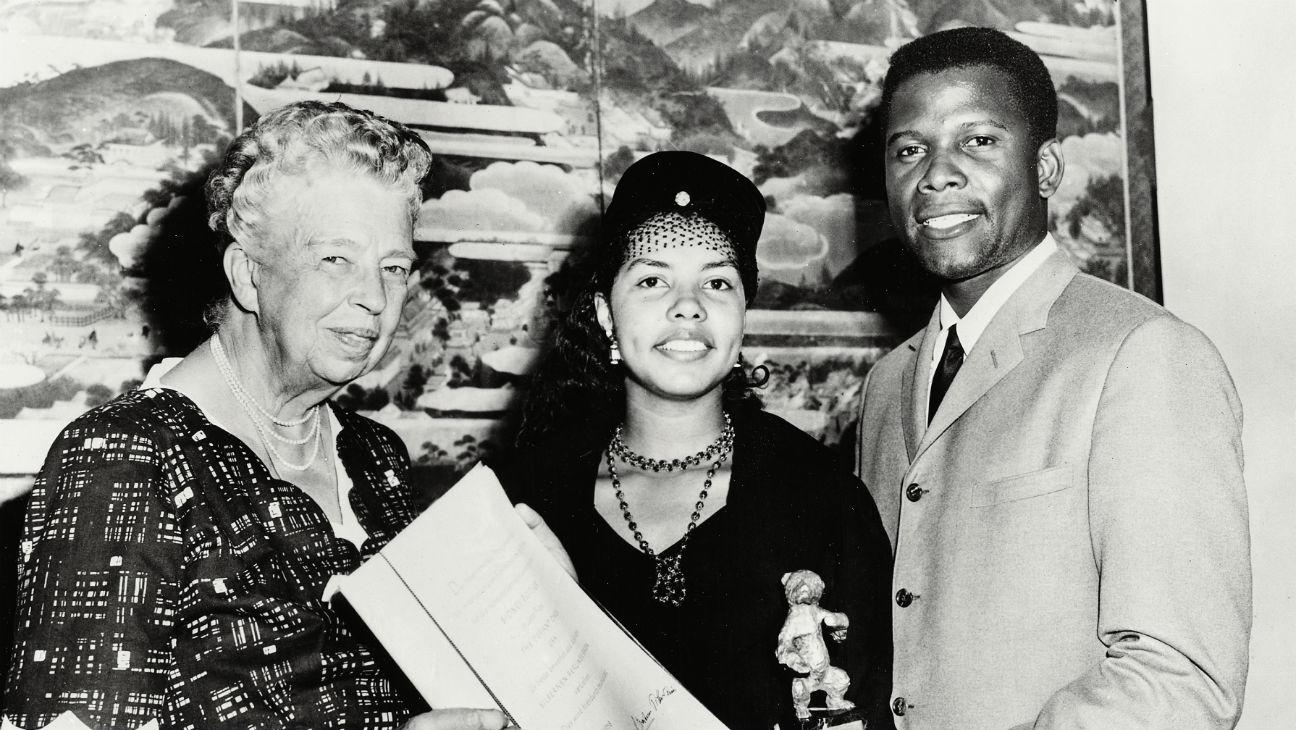 Berlin Flashback: In 1958, Eleanor Roosevelt gave Sidney Poitier his Silver Bear https://t.co/BQWFUo8ZDI https://t.co/gat8UmOM8k