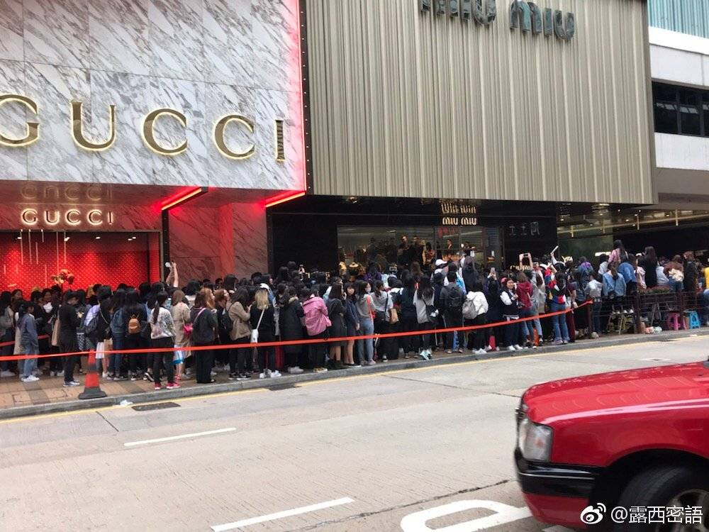 ⚠️ IT'S TIME TO USE THE HASHTAG.  Fans are already waiting for him outside.  #SUHOxMIUMIU   @weareoneEXO  #EXO https://t.co/tDw0E1GXeK
