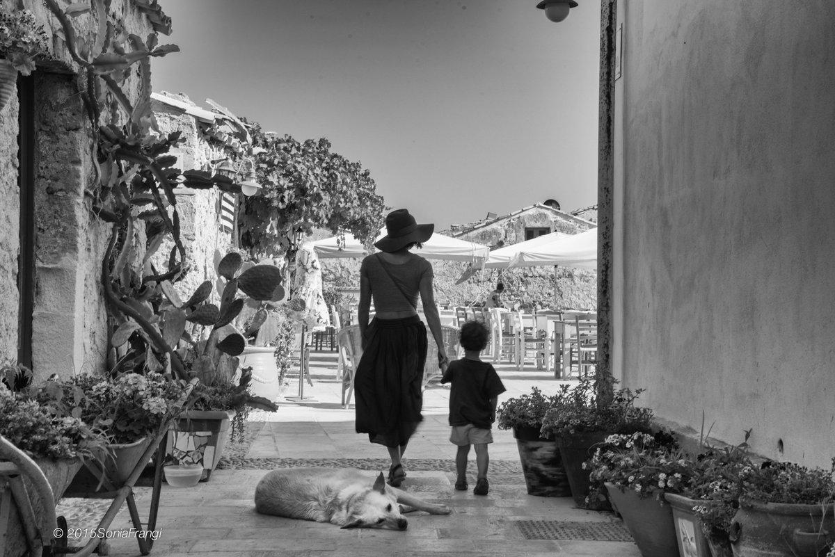 Sonia on Twitter: #ConUnaFoto Assaporare, piccoli, preziosi,  arrendevoli attimi, sottratti allo scorrere  del tempo, che a volte ci maltratta e strapazza un po'.   #CasaLettori  #photography #blackandwhitephoto #ScrivoArte #Sicilia #estate #myphoto…